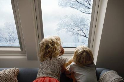 kinderen aan raam